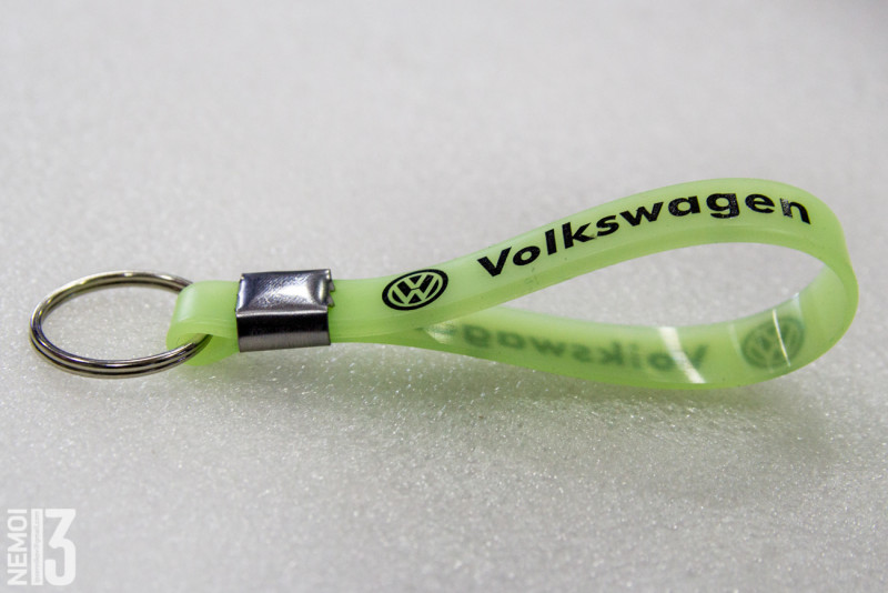 Люминесцентный силиконовый брелок-ремешок на ключи, с логотипом автомобиля (В моём случае VolksWagen)