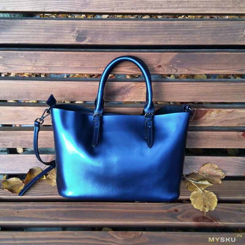 efd5334f6e56 Цвет сумки меняется в зависимости от освещения, в помещении она спокойная  темно-синяя, на улице при попадании солнечного света гораздо ярче, ...