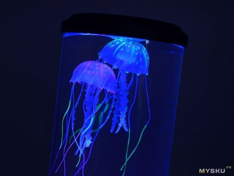 Светильник-аквариум с плавающими медузами