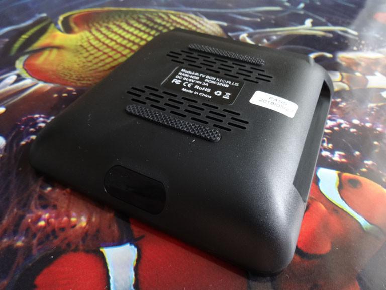 Banggood: R-TV бокс S10 PLUS на базе CPU RK3328 с памятью 4/32 ГБ, USB 3.0, на ОС Android 8.1 и со встроенной беспроводной зарядкой Qi.