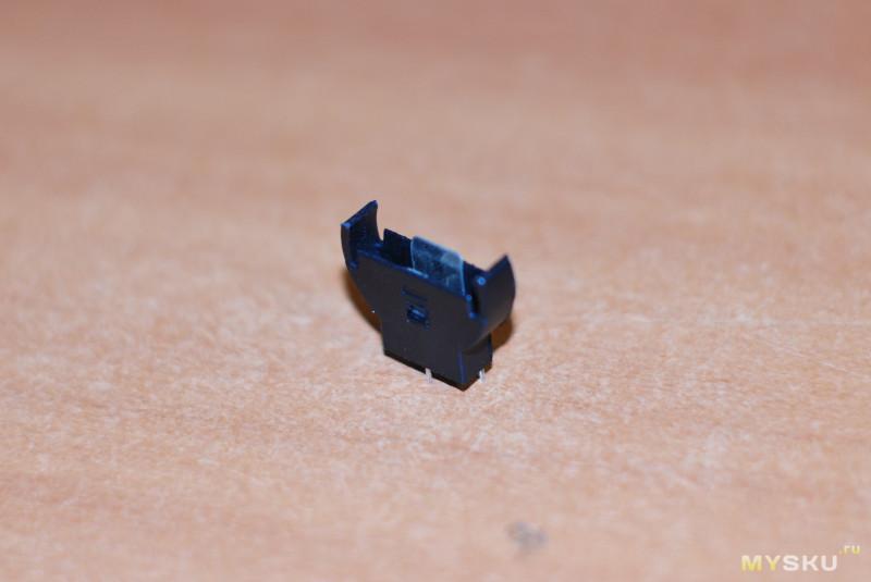 Вертикальное крепление для элемента питания CR2032