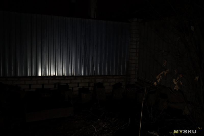 Уличный откидной фонарь с солнечной панелью.