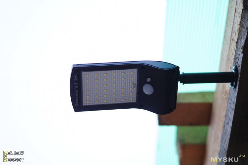 Уличный фонарь на штоке с солнечной панелью.