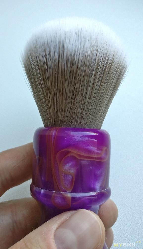 Yaqi Chianti - синтетический помазок с диаметром узла 24 мм и необычной расцветкой.