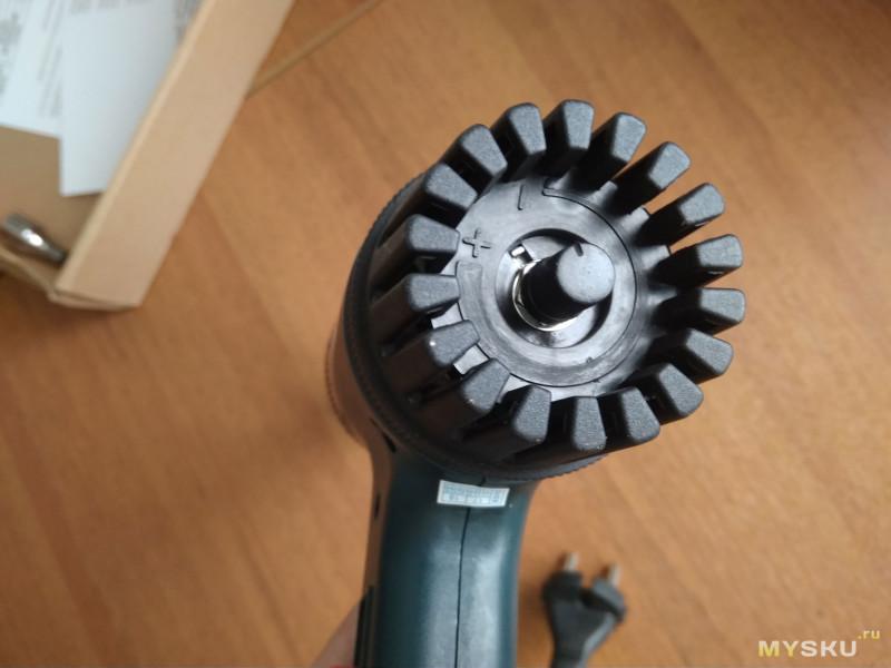 НЕбольшой электрический фен (220в 700Вт) с плавной регулировкой температуры до 550 градусов.