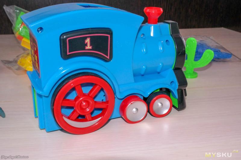 Игрушка паровозик Томас раставлятель доминошек и коварный трицератопс.