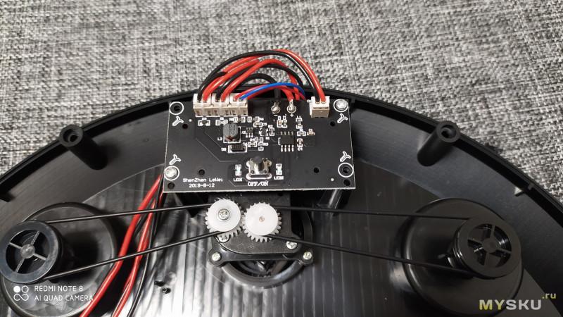 Игрушечный робот пылесос- который тоже пылесосоит.