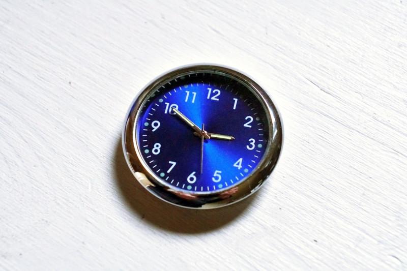 Стрелочные часы для автомобиля