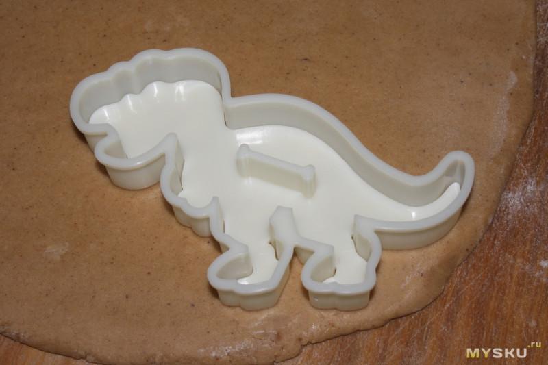 Два набора форм для печенья - палеонтологический и новогодний. Ожидания vs реальность