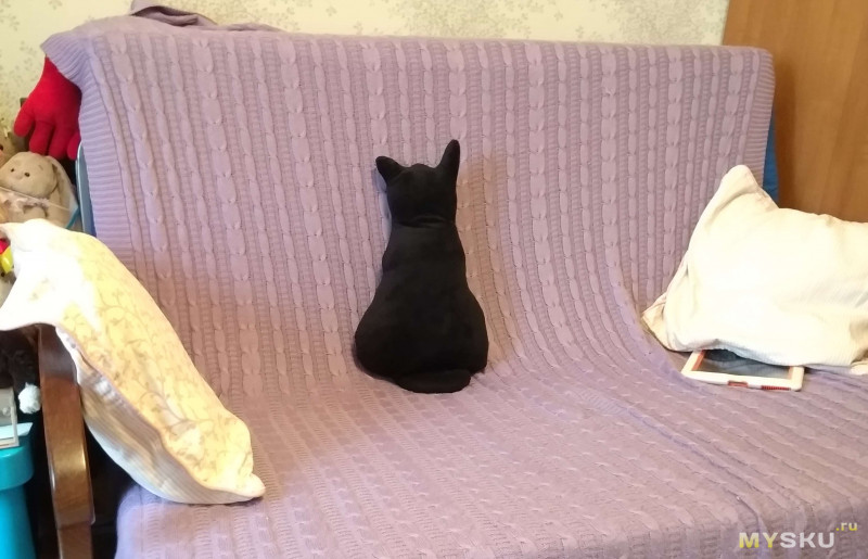 Подушка отвернувшийся кот