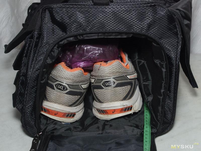 64bb1d87ffd2 Кроссовки в отсек для обуви, тапочки в целлофановом пакете туда же- они  после душа мокрые, По лине остается примерно 5см — длина отсека 34см, ...