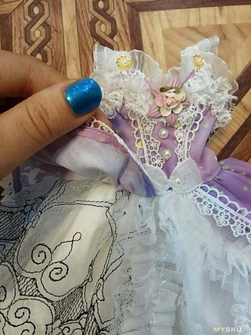 Кружевное платье для куклы